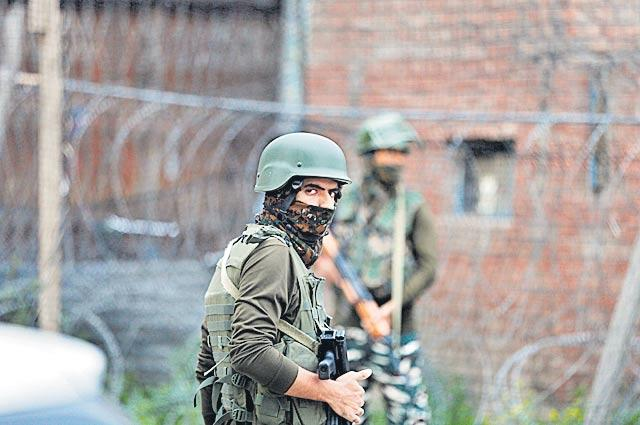 Five CRPF Jawans Killed in Fidayeen Attack in Jammu Kashmir - Sakshi