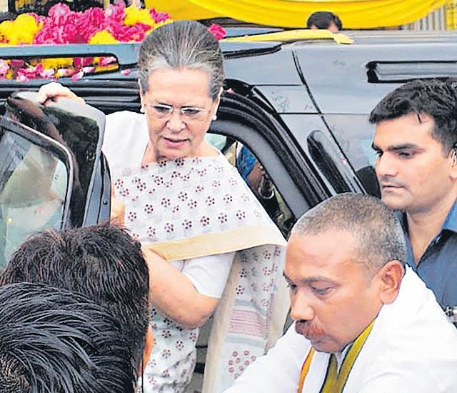 Sonia Gandhi, Priyanka visit Raebareli to thank voters - Sakshi