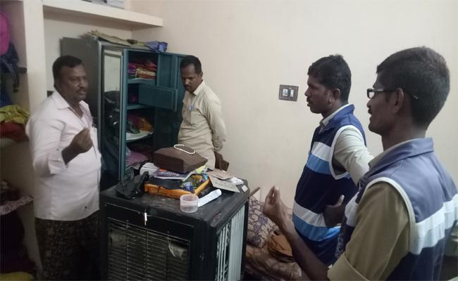 Gold, Silver Ornaments Robbery In Gooty - Sakshi