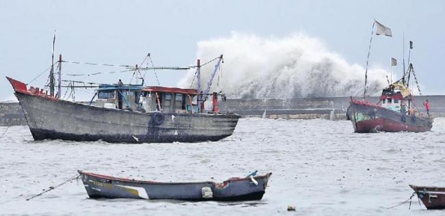 Cyclone Vayu intensifies in Gujarat - Sakshi