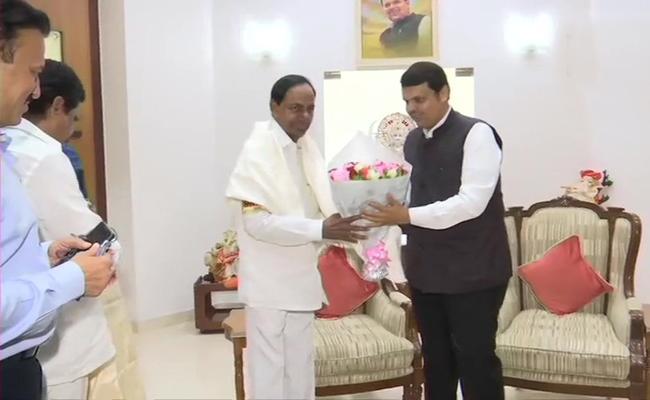 KCR Meets Maharashtra CM Devendra Fadnavis - Sakshi
