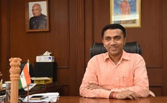 Goa CM Provide Free Food To Air Passengers In Mumbai - Sakshi