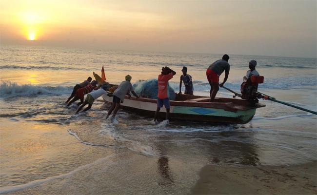 Cm Jagan Promised To Resolve Fishermen Problem - Sakshi