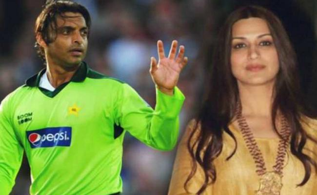 Shoaib Akhtar wanted to kidnap Sonali Bendre - Sakshi