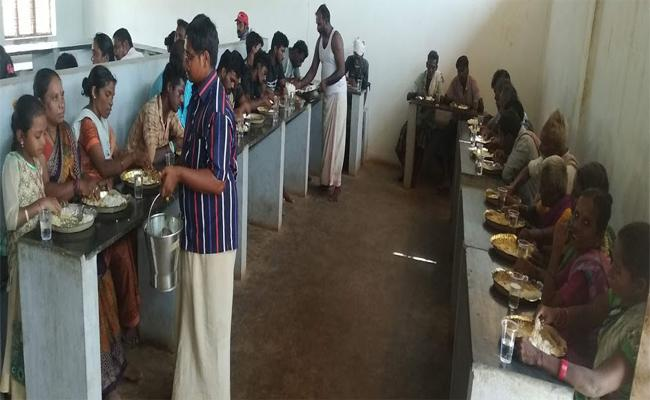 Devotees Angry On Food Donate By Ahobilam Temple Committee Allagadda - Sakshi