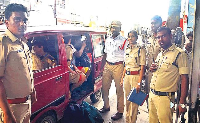 Traffic Police Checking School Bus And Vans Fitness Tests - Sakshi