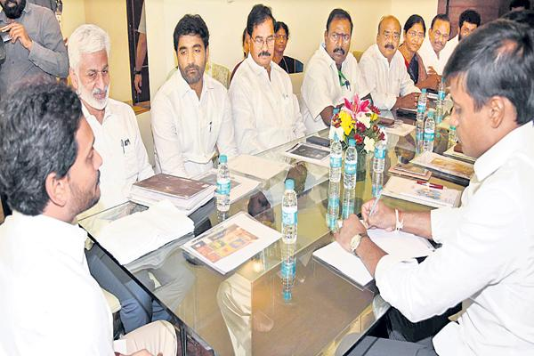 YS Jagan directions to YSRCP MPs to achieve special status and Division guarantees - Sakshi