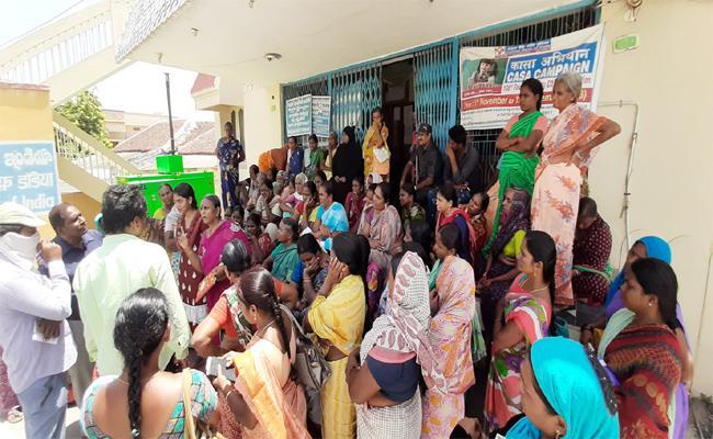 DWCRA Women Agitation at Bank - Sakshi
