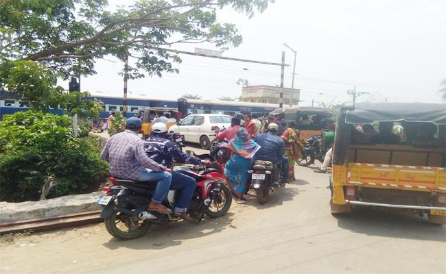 Traffic Problems At Railway Gate In Ichapuram, Srikakulam District - Sakshi