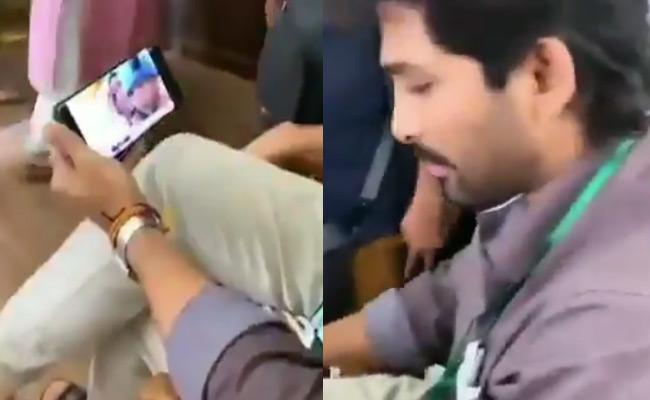 Allu Arjun Watching India pak Match In Movie Set - Sakshi
