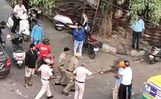 Street Fight Between Delhi Cops And Driver Video Viral - Sakshi