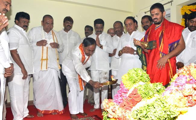 KCR inaugurates New Mla Quarters In Hyderguda - Sakshi