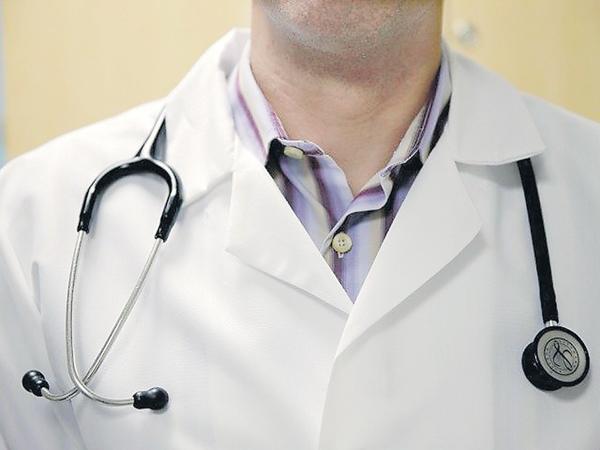 Clash between doctors on retirement age hikes - Sakshi