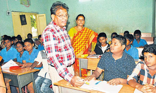 Tenali RDO Admits Son To Government School - Sakshi