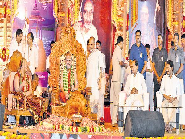Swaroopanandendra Saraswati declares Swatmanandendra swami as Sharada peetham Uttaradhikari - Sakshi
