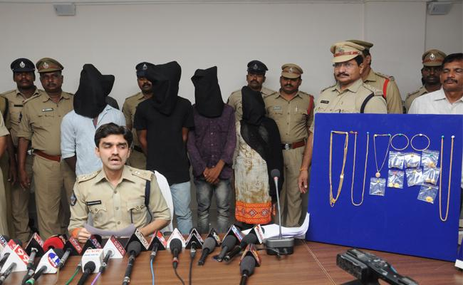 Thief Caught By Facebook Photo Nellore - Sakshi