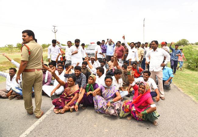 Farmers Rally And Protest Against Telangana Govt For Lost Lands Mahabubnagar - Sakshi