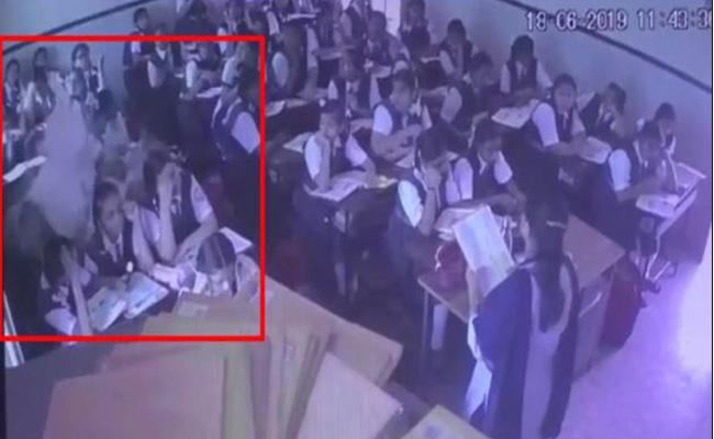 Roof Fall In Ulhasnagar Jhulelal School Three Students Injured - Sakshi