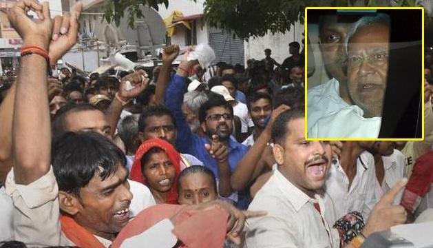 Nitish Kumar Faces Protest Outside Hospital in Muzaffarpur - Sakshi