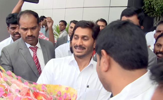 AU Students Met AP CM YS Jagan In Delhi Airport - Sakshi