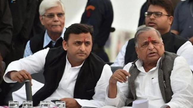 Akhilesh Yadav Heads To Mulayam Singh Yadav For Advice - Sakshi