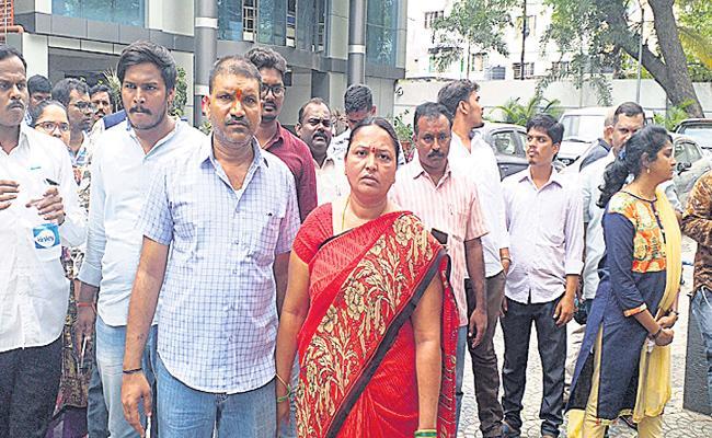 Parents Protest For Their Daughter At Panjagutta Police station - Sakshi