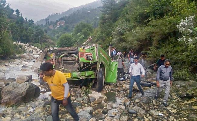 25 Dead As Bus Falls In Gorge In Himachal Pradesh - Sakshi