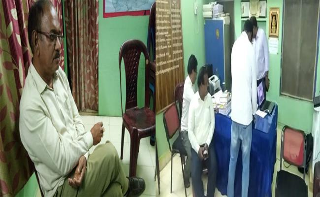 ACB Arrested Panchayat Commissioner In Rajam - Sakshi