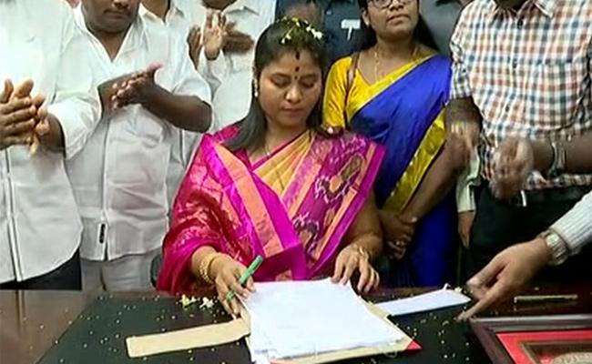 Deputy CM Pushpa Srivani takes charge as Tribal Welfare Minister - Sakshi