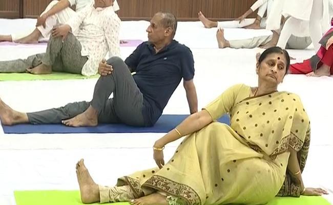 ESL Narasimhan Celebrates Yoga Day In Raj Bhavan - Sakshi