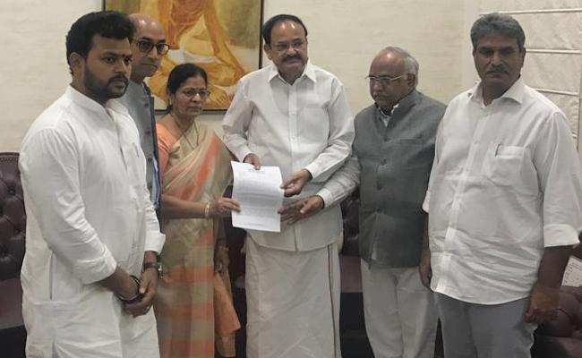 TDP MPs Met Vice President Venkaiah Naidu to challenge the defection - Sakshi