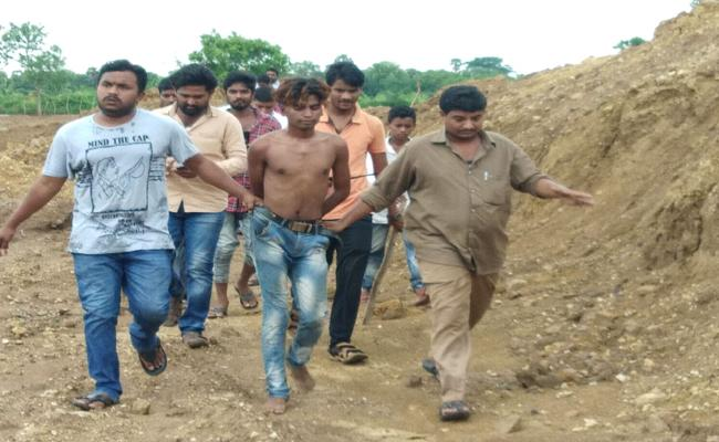 Psycho Hulchal In RTC Bus At Kothagudem District - Sakshi