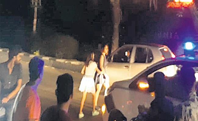 Drunked Womens Fight on Hyderabad Road - Sakshi