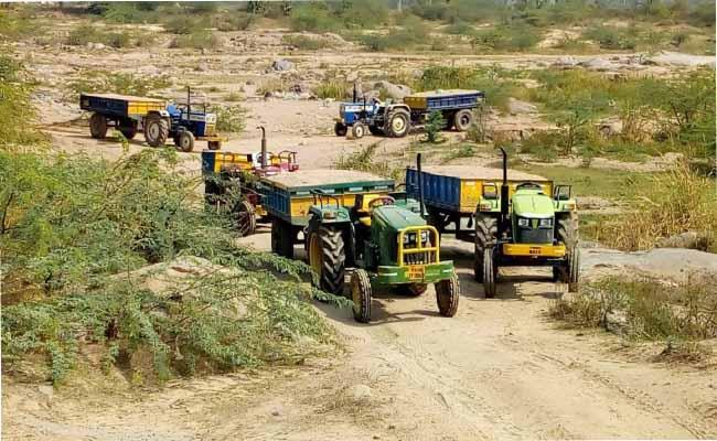 Fearless Sand Mafia Transporting In Narayanpet - Sakshi