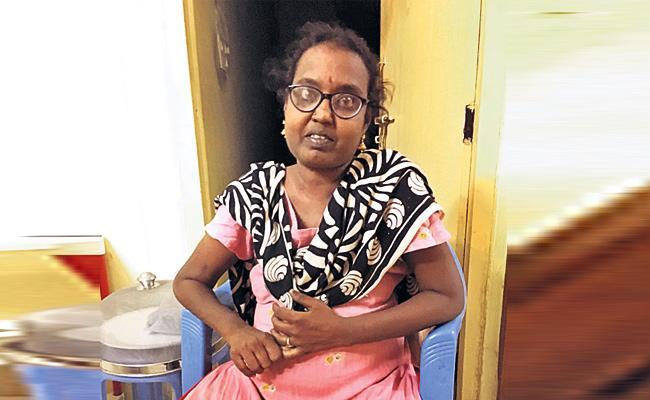 Kidneys Failure Women Waiting For helping Hands - Sakshi