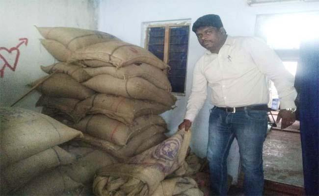 Ration Dealers Committing Fraud In Distribution At Narasaraopeta - Sakshi
