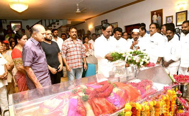 KCR Pays Condolence To Vijaya Nirmala - Sakshi