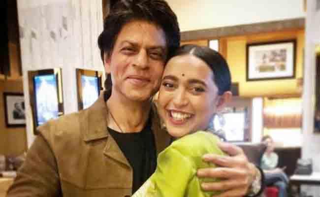 Sayani Gupta Emotional Post On Photo With Shah Rukh Khan - Sakshi