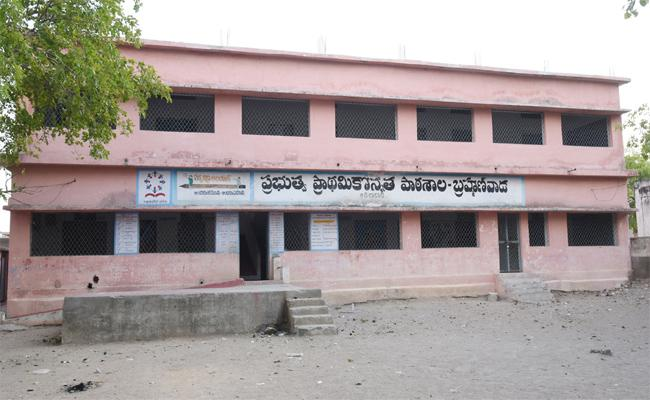 Government Funds Not Releasing To Government Schools In adilabad - Sakshi