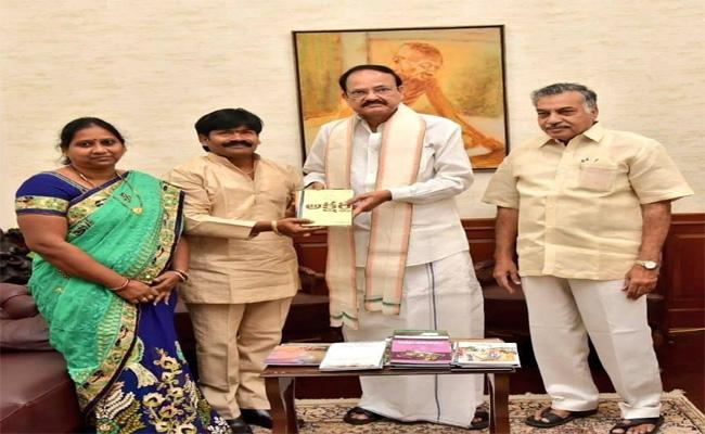 Venkaiah Naidu Has Unveiled One Hundred Books Written By the Author - Sakshi