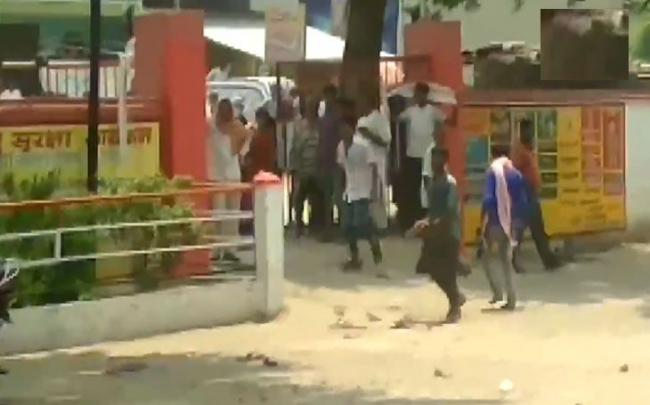 Bihar child allegegedly stolen by woman Relatives pelted stones - Sakshi