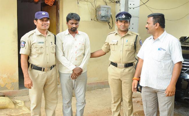 Persons  Doing Money Fraud In Nalgonda - Sakshi