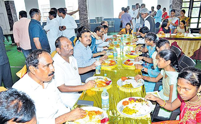 Minister Lunch With Tenth Toppers in jagtial - Sakshi