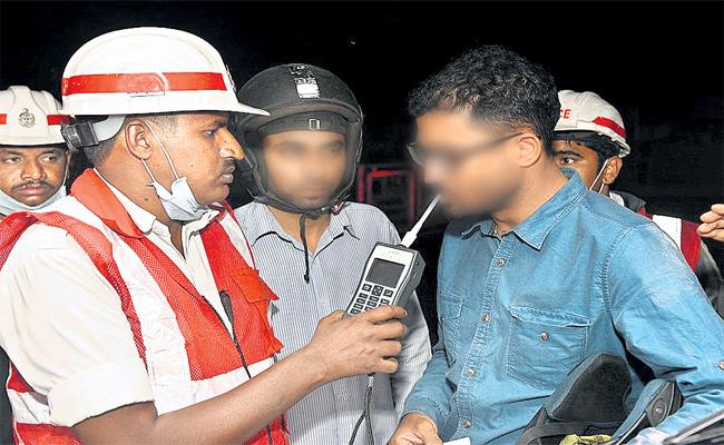 Drunk ANd Drive Cases Filed in Hyderabad - Sakshi