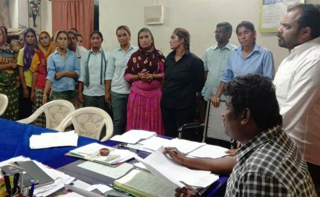 Gujarath Womens Doubtful Wandering In Machilipatnam - Sakshi