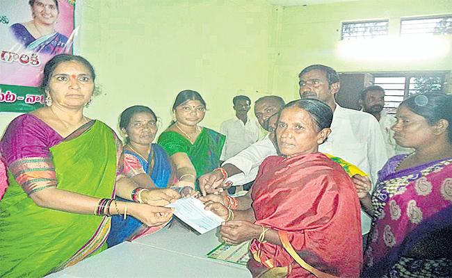 Padma Devender Reddy Give Compensation Cheques To Farmers In Medak - Sakshi