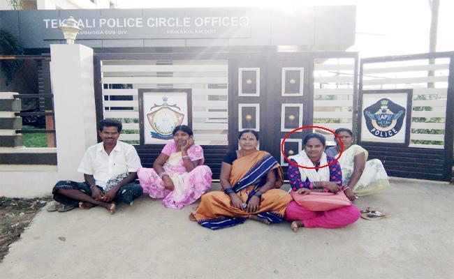Wife Silent Protest For Children in Sakulam - Sakshi
