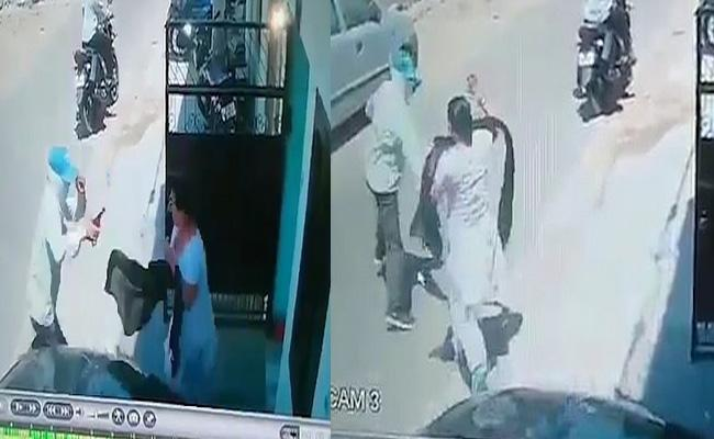 Woman Fights With Gun Wield Thief In Lucknow - Sakshi