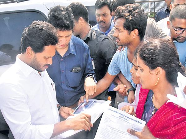 YS Jagan touched the People hearts with his humanity - Sakshi