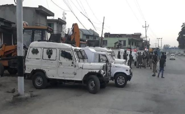 Terrorists have lobbed a grenade at Sopore Police Station - Sakshi